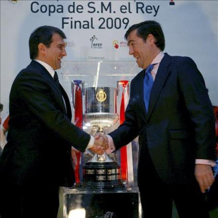 Los presidentes de ambos clubes se saludan antes de la gran final